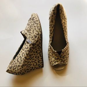 Toms leopard wedge 6.5